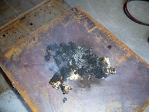 セルロースファイバーのほとんどが燃えて炭化し、原型をとどめていません。