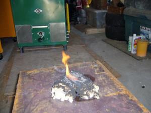 他社セルロースファイバーは引火し、燃えています。